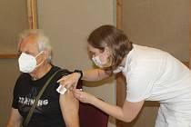 V Tachově se v sobotu poprvé očkovalo ve velkém sále areálu Mže.