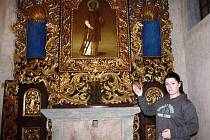 Kastelánka borského zámku Galina Marianna Kortanová představuje barokní oltář v hradní kapli. Ten bude od letošního roku součástí expozice, návštěvníci jej mohou obdivovat již tuto sobotu.