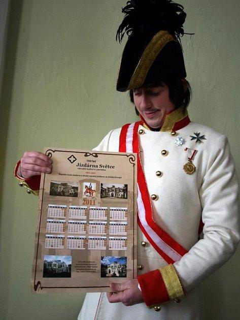 Pavel Voltr v historické uniformě s nově vydaným kalendářem jízdárny ve Světcích.