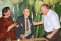 VETERÁN DRUHÉ světové války Roman Slánek (na snímku uprostřed, s chotí) převzal od předsedy tachovské organizace Československé obce legionářské pamětní medaili III. stupně.