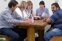 ŘEŠÍ NEZAMĚSTNANOST. Zástupci obce i koordinátorka sociálních služeb se setkali v Ošelíně s místními, aby řešili zdejší vysokou nezaměstnanost.