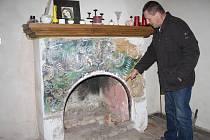 František Jaroš ukazuje místo zahoření.