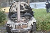 K požáru osobního automobilu a garáže vyjížděli ve středu ráno hasiči z tachovské profesionální stanice do Branky.