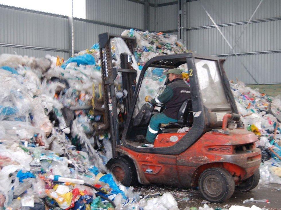 Stezka provede zájemce i  budovou, kde se třídí odpad.