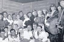 Tato parta hrále ve hře Hej, pane kapelníku. Vypomáhali studenti zdejších škol a také muzikanti orchestru Rytmus. Vpravo nahoře za basou Karel Chaloupecký, za bubnem vykukuje Vladimír Krátký.