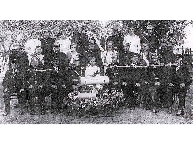 Tato unikátní historická fotografie dobrovolných hasičů v Blahoústech (spádová obec Erpužic) byla pořízena v roce 1937.