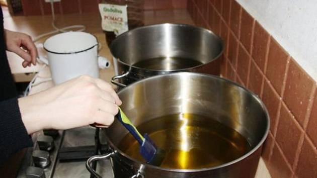 RUČNÍ VÝROBA mýdla příliš náročnou technologii nepotřebuje. Základem je kuchyňka s velkými hrnci, kde se ingredience (rostlinné oleje, louh, bylinky a esenciální oleje) za studena smíchají.