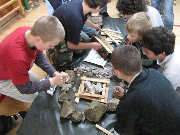 Žáci šestých tříd stavějí ohniště