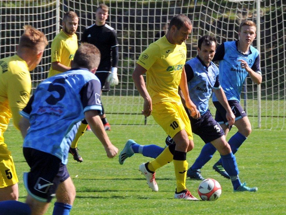 TJ Holýšov (v modrém) - Sokol Plzeň-Lhota (ve žlutém) 2:5. Foto: M. Dolejš.