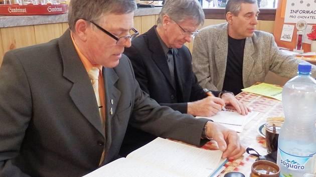 Mezi chovatele zavítal v sobotu starosta města Stříbra Bohuslav Červený (uprostřed)