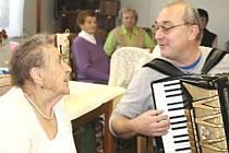 Alžběta Růžičková si na oslavě svých devadesátých narozeni s chutí zazpívala.