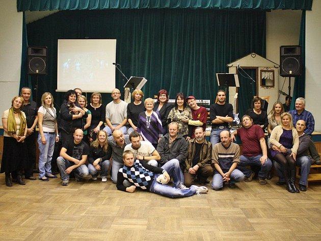 DIVADELNÍCI SE SEŠLI PŘI OSLAVĚ. Čtvrtstoletí trvání oslavila v těchto dnech Kladrubská divadelní společnost. Na oslavě v kulturním domě se sešli současní i bývalí členové souboru.