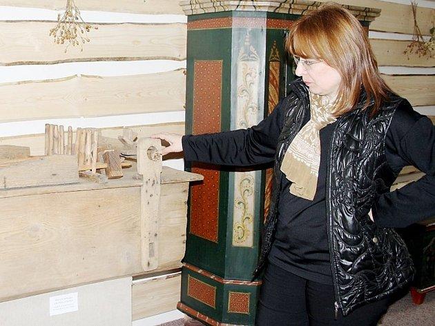 Ředitelka Muzea Českého Lesa v Tachově Jana Hutníková ukázala obří velikonoční hrkačku, která byla původně v kostele v Hazlově na Chebsku.