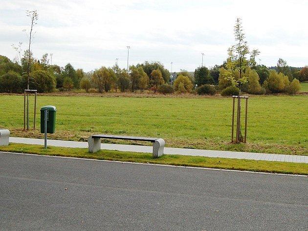 PARCELA, kterou chce Tachov získat od Pozemkového fondu, leží mezi asfaltovou cestou a fotbalovým hřištěm.