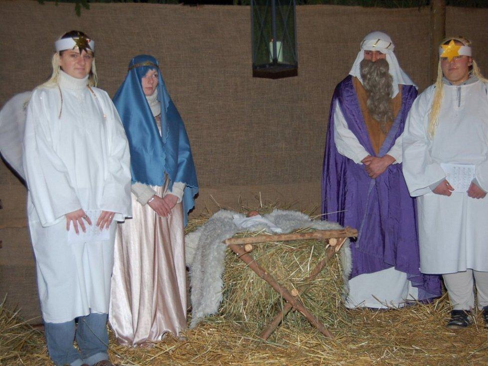 Ve Starém Sedle zpívali lidé u živého betlému.