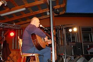 Odpolední pásmo začalo v Boněticích už v jednu hodinu odpoledne. Hlavní hvězdou byl ale písničkář František Nedvěd, který se svou kapelou přišel na pódium krátce před osmou hodinou večer.