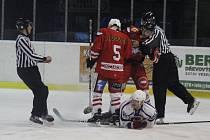 HC Tachov (v červeném) v premiéře na ledě HK Rokycany desetkrát inkasoval.