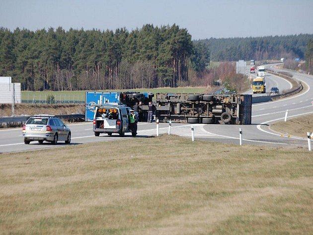 Na dálnici u Benešovic se převrátil kamion