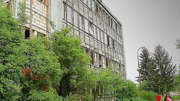 V budově, kde dříve probíhala výuka střelců, donedávna cvičila i jednotka Útvaru rychlého nasazení. Hliníkové obložení padlo za oběť vandalismu.