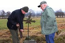 PŘI HLEDÁNÍ KŘÍŽKU NAŠLI ZCELA JINÝ. Nalezený poškozený kříž je uložen na Obecním úřadě ve Studánce a obec hledá způsob, jak ho uchovat pro budoucí generace.