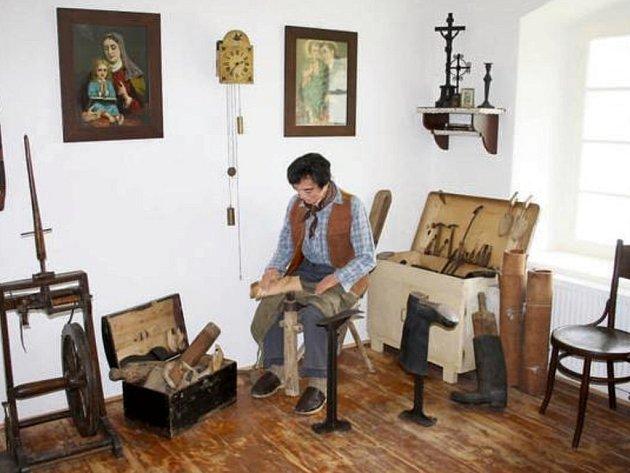 Součástí expozice nového černošínského muzea je také obuvnická dílna s autentickou figurínou ševcovského mistra.