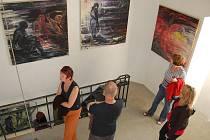 Návštěvníci Galerie Ve věži si prohlížejí obrazy Iriny Slámové.
