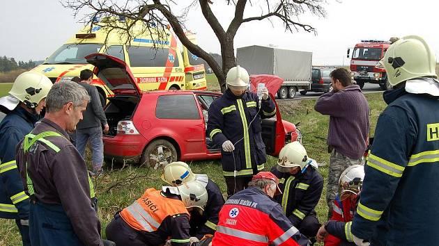 S otřesem mozku odvezli záchranáři v pátek odpoledne do nemocnice řidiče, který havaroval se svým vozem nedaleko rybníku Regent u Chodové Plané na Tachovsku.