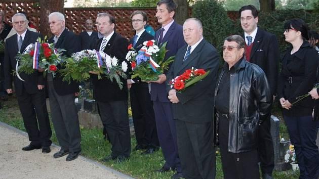 Pietní akty byly zahájeny v urnovém háji v Tachově.
