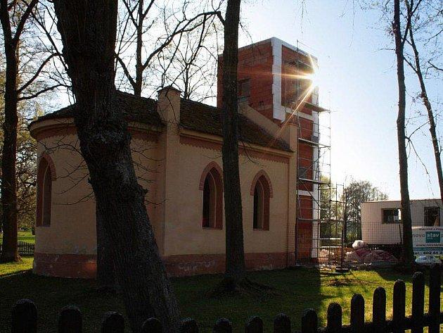 V těchto dnech vyrůstá v Dolní Jadruži nová dominanta, a to věž u místní kapličky.