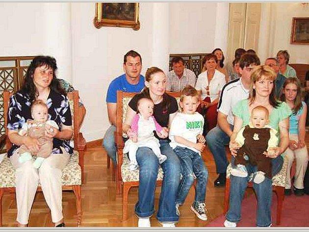 Jedenáct nových občánků bylo uvítáno ve čtvrtek v obřadní síni tachovského zámku.