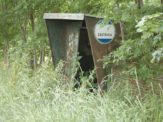 V Tachově je zastávka, ke které se musíte prodírat trávou a kopřivami.