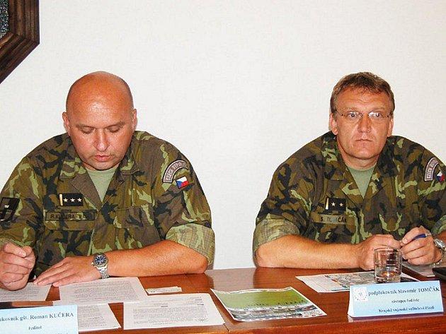 ROMAN KUČERA A SLAVOMÍR TOMČÁK z Krajského vojenského velitelství informovali o vojenském cvičení v Tachově.