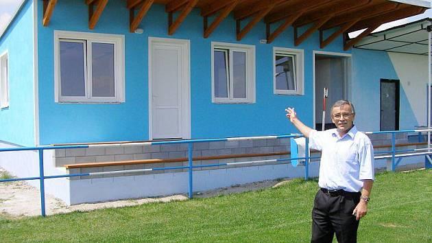 Starosta Kostelce František Trhlík ukazuje novou tribunu s klubovnou.