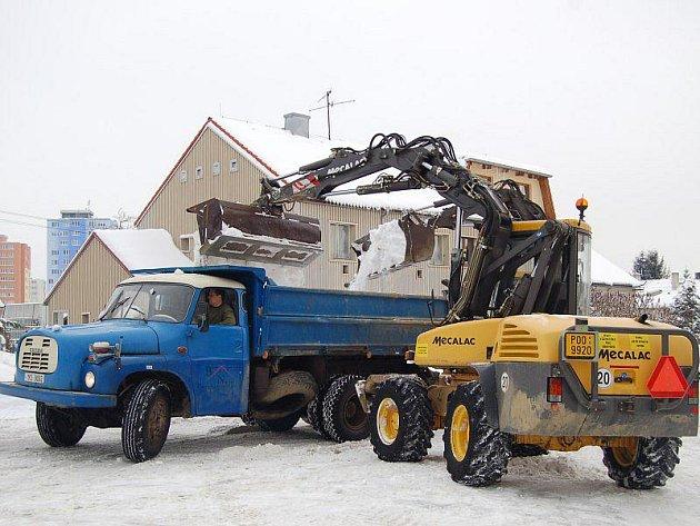 Bagry a nákladní vozy se v těchto dnech nezastaví. Kdyby ale ulice neodklidily, hrozil by ve větších městech okresu dopravní kolaps.