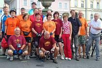 Cyklisté ze dvou Tachovů vyrazili ve čtvrtek ráno od kašny na náměstí na první ze tří etap.