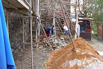 Stavební dělníci v těchto dnech opravují část hradeb ve Stříbře.