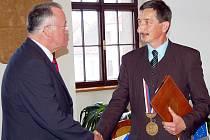 Čestným občanem Stříbra se stal také bývalý starosta partnerského Vohenstraussu Josef Zilbauer (vlevo). Ocenění a gratulaci převzal z rukou starosty města Miroslava Nenutila