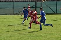 Sokol Lom (v červeném) - FK Tachov (v modrém) 2:0.