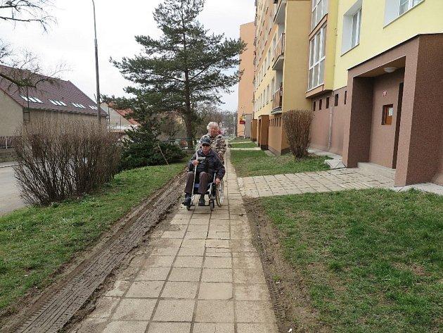PRO JOSEFA BECHERU jezdí třikrát týdně sanitka. Jezdila až ke vchodu, aby jej nemusela nemocná manželka vozit sto metrů k silnici. Někdo si ale stěžoval, a tak je to nyní pro oba starší manžele těžší. U zadního vchodu je totiž další překážka – schody.