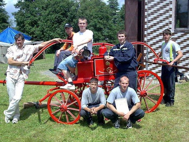 Hasiči z Velkého Rapotína (na snímku) představili při soutěži v požárním útoku  historickou stříkačku.