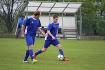 Hotovo, postupujeme! mohou si se svými spoluhráči už kolo před koncem okresního přeboru libovat hráči Dynama Studánka Oldřich Janovec (vlevo) a Dalibor Lončík.