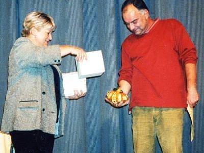 POSLEDNÍM REŽISÉREM, který v Tachově převzal Tachovskou dýni, byl Ondřej Trojan za rok 2003 a film Želary. Na snímku s tehdejší ředitelkou Městského kulturního střediska v Tachově Miladou Kačírkovou.