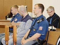 Jan Jurek vloni v listopadu propíchal pneumatiky pracovních strojů v tachovské Pobřežní ulici. Pobyt ve vězení si proto prodlouží o dalších pět měsíců.