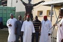 Poslanci z Nigérie, konkrétně z města Kano, kteří si prohlíželi, jak funguje recyklace odpadů v Černošíně. Za nimi stojí Šrotonátor, jež je symbolem skládky.