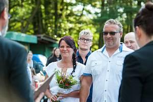 V rekreačním středisku Sycherák se sešli majitelé vozů Fiat 126 a uspořádali svým přátelům svatbu. Následovala spanilá jízda a soutěže zdatnosti v řízení.