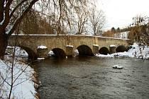JEDNÍM Z PRVNÍCH ZAJÍMAVÝCH MÍST na Tachovsku, kam přitéká Kosí potok, je tento kamenný obloukový most v Dolním Kramolíně.