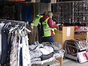 Třicet celníků a dvanáct pracovníků finanční správy kontrolovalo prodejce v příhraničních tržnicích.