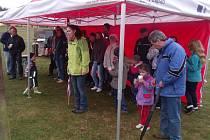 Počasí otevření hřiště nepřálo. Účastníci se museli schovat před deštěm.