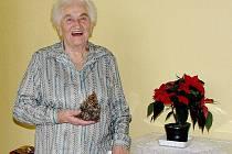 MARIE HRŮZOVÁ OSLAVILA SVÉ NAROZENINY ve vánočně nazdobeném pokoji. Obklopena přáteli a gratulanty si své devadesátiny báječně užila.