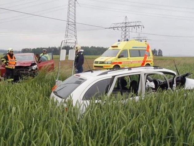 Jeden z automobilů, které havarovaly ve středu dopoledne mezi Kundraticemi a Malými Dvorci, skončil v poli. Nehoda si vyžádala tři zraněné, z toho dva těžce.